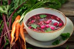 Очень вкусный суп бураков сделал из свежих бураков стоковые изображения rf