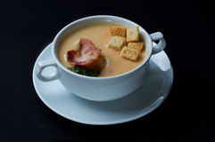 Очень вкусный суп сливк гороха с гренками и беконом Стоковые Изображения RF