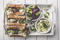 Очень вкусный сэндвич гироскопов в бумажном мешке с салатом и tzatziki стоковое фото