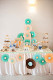Очень вкусный сладостный шведский стол с украшениями, сладостный шведский стол праздника с десертами Стоковая Фотография