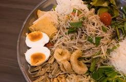 Очень вкусный тайский салат с различными тайскими гарнирами, место папапайи Стоковое Фото