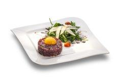 Очень вкусный тартар стейка с салатом желтка и ракеты Стоковая Фотография RF