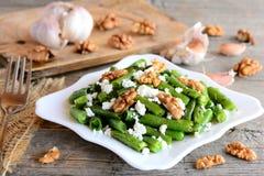 Очень вкусный теплый салат зеленых фасолей с бальзамической шлихтой Салат зеленой фасоли с творогом, грецкими орехами, чесноком и Стоковая Фотография RF