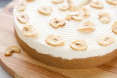 Очень вкусный торт банана на таблице Стоковое фото RF