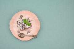 Очень вкусный торт пирожного с клюквой на винтажной розовой плите над предпосылкой бирюзы, космосом экземпляра Стоковое фото RF
