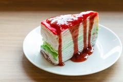 Очень вкусный торт радуги на белой плите Стоковая Фотография RF