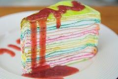 Очень вкусный торт радуги на плите Стоковое Фото