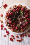 Очень вкусный торт с свежими ягодами и шоколад застекляют конец-вверх Стоковая Фотография RF