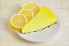Очень вкусный чизкейк с лимоном на плите Стоковое Изображение