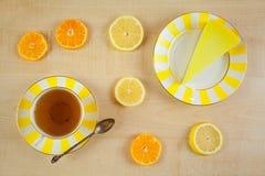Очень вкусный чизкейк с лимоном на плите Стоковые Изображения RF