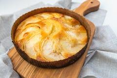 Очень вкусный яблочный пирог на деревянной доске, на белом selecti предпосылки стоковое фото rf