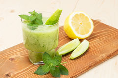 Очень вкусный smoothie коктеиля мяты лимона огурца стоковая фотография
