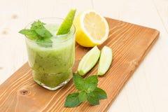 Очень вкусный smoothie мяты лимона огурца стоковые фотографии rf