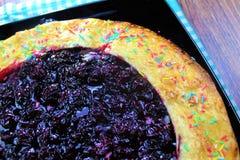 Очень вкусный вкусный tortilla пирога вишни с брызгает на предпосылке деревянной доски готовой для еды стоковое изображение