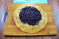 Очень вкусный вкусный tortilla пирога вишни с брызгает на предпосылке деревянной доски готовой для еды стоковые фото