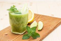 Очень вкусный vegetable коктеиль мяты и лимона огурца стоковое изображение rf