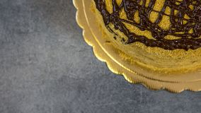 Очень вкусным покрытый шоколадом торт губки, одн тортов стоковые фото