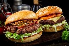 2 очень вкусных бургера говядины с утесками салата Стоковое фото RF