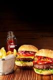 2 очень вкусных бургера на таблице с фраями Стоковое Фото