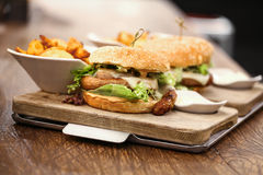 2 очень вкусных бургера wurst, который служат с французскими фраями Стоковое Фото