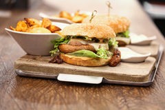 2 очень вкусных бургера wurst, который служат с французскими фраями Стоковые Изображения