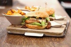 2 очень вкусных бургера wurst, который служат с французскими фраями Стоковые Фото