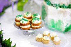 3 очень вкусных зеленых пирожного на таблице десерта Стоковые Фотографии RF