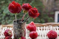 3 очень вкусных клубники как цветки с много клубник на плетеной циновке Стоковые Фото