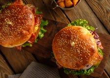 2 очень вкусных домодельных гамбургера на деревянном столе Взгляд сверху Стоковые Изображения RF