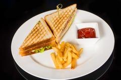 2 очень вкусных сандвича с фраями и соусом Стоковая Фотография