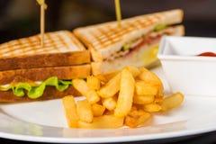 2 очень вкусных сандвича с фраями и соусом Стоковое Фото