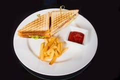 2 очень вкусных сандвича с фраями и соусом Стоковая Фотография RF