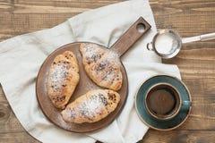 3 очень вкусных свеже испеченных круассаны и чашки кофе шоколада на разделочной доске Взгляд сверху зажаренное яичко чашки принци Стоковые Фотографии RF