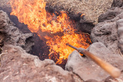 Очень горячая земля где солома играет главные роли контакт горения как раз стоковое изображение rf