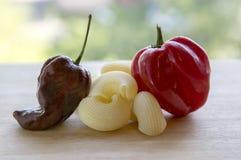 2 очень горячих перца habanero, шоколад созретого habanero красного и коричневого habanero, различное смешивание макаронных издел Стоковая Фотография
