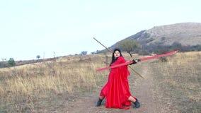 Очень жирная девушка в платье держит кататься на лыжах в лете ( акции видеоматериалы
