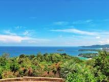 Очень зеленые деревья и голубое море Стоковые Изображения RF