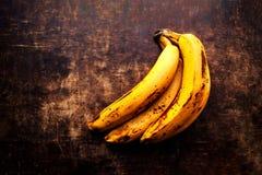 Очень зрелый конец банана вверх - ветвь тухлых зрелых бананов на v Стоковые Фотографии RF