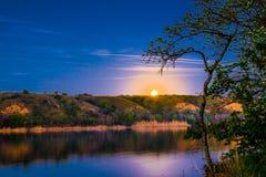 Очень красивые и красочные ландшафты ночи и вечера над рекой Seversky Донцом в зоне Ростова Богатое залитое лунным светом sunse Стоковое Фото
