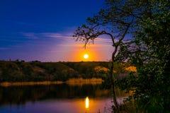 Очень красивые и красочные ландшафты ночи и вечера над рекой Seversky Донцом в зоне Ростова Богатое залитое лунным светом sunse Стоковое Изображение RF