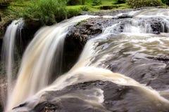Очень красивый водопад, вода падая от реки, конец a стоковое фото rf