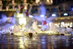 Очень красивый малый фонтан вечера с светом в Гонконге Праздничный день стоковое изображение