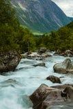 Очень красивый мощный водопад в Норвегии с влиянием f Стоковое Изображение RF