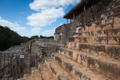 Очень крутые лестницы в величественных руинах в Ek Balam cenote chichen itza Мексика священнейший yucatan стоковое изображение