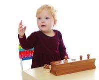Очень маленькая девочка в детском саде Montessori Стоковая Фотография