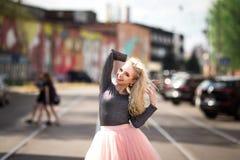 Очень милая девушка идя вниз с улицы Стоковые Фотографии RF
