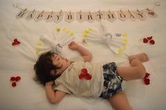 очень милый младенец спит на кровати Стоковое Фото