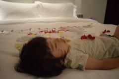 очень милый младенец спит на кровати Стоковая Фотография RF