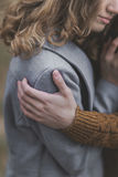 Очень мягкий портрет красивых молодых пар обнимает в мягком теплом c Стоковая Фотография RF