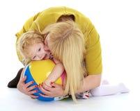 Очень нежная мать нежно обнимая его любимое Стоковое Изображение